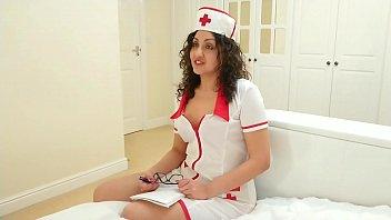 सेक्सी नर्स मैला स्तन देता है
