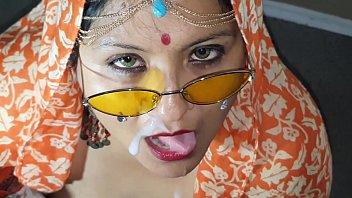 बड़े स्तन खाने के साथ भारतीय लड़की