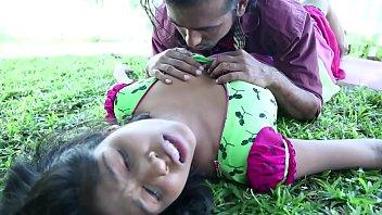 भारतीय आउटडोर युगल स्तन चुंबन