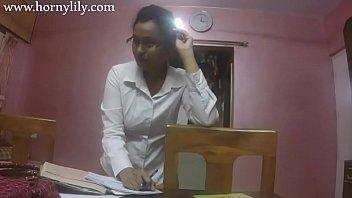 छात्र वीडियो के साथ भारतीय शिक्षक