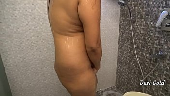 घर में बाथरूम में सेक्सी भारतीय महिला शावर